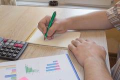 mężczyzna notatek zabranie Domów finanse, inwestorska gospodarka Zyski, savings Sterta dolary Sukces, motywacja pieniężni przepły obraz stock
