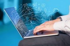 Mężczyzna notatnika naciskowy laptop z doodle ikony chmury sym Obraz Stock