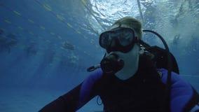 Mężczyzna nurek trenuje w głębokim basenie w akwalungu maskowym i nurkowym wyposażeniu zdjęcie wideo