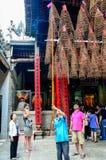 Mężczyzna obcokrajowa wiszącego turysty kadzidłowe zwitki przy Thien Hau pagodą, Cho Lon, Saigon, Wietnam Zdjęcie Stock