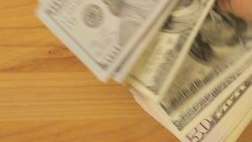 Mężczyzna obliczeń notatki dolary Mężczyzna wynagrodzenia dla zakupu Dziewczyna bierze zapłatę Zakończenie zbiory wideo