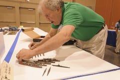 Mężczyzna obok jego pokazu nautyczny naczynie modeluje przy Modelarską konwencją w Phoenix, Arizona Obrazy Stock