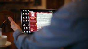 Mężczyzna obraca dalej laptopu czekania dla ładowniczego komputeru i znajduje je out infekuje ransomware spyware wirusem który je zbiory wideo