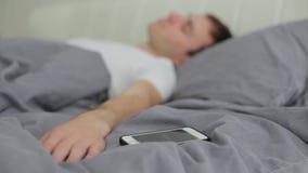 Mężczyzna obraca daleko alarm na telefonie zdjęcie wideo