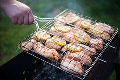Mężczyzna obraca kulinarnego grilla z kurczakiem Zdjęcia Royalty Free