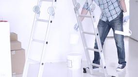 Mężczyzna obraz z białą farbą zbiory wideo