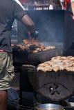 Mężczyzna obsługuje płomiennego grilla grilla kulinarnego mięso fotografia royalty free