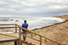 Mężczyzna obserwuje seascape od schodka Obraz Stock