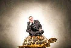 Mężczyzna obsiadanie na żółwiu Zdjęcie Stock