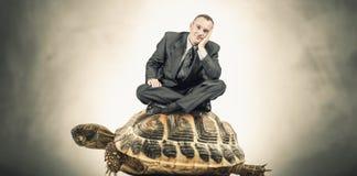 Mężczyzna obsiadanie na żółwiu Zdjęcia Royalty Free