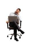 Mężczyzna obsiadanie na biurowym krześle i ziewaniu Fotografia Royalty Free