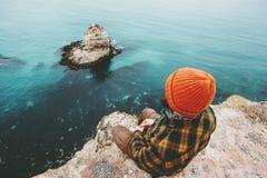 Mężczyzna obsiadanie na falezie nad morza główkowanie Fotografia Royalty Free