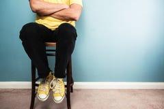 Mężczyzna obsiadanie na krześle Fotografia Royalty Free