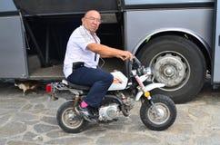 Mężczyzna obsiadanie na moped Fotografia Royalty Free