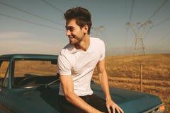 Mężczyzna obsiadanie na samochodzie zdjęcie royalty free