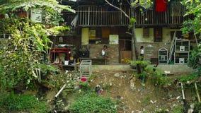 Mężczyzna obsiadanie na slamsów domach zbiory wideo