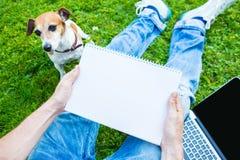 Mężczyzna obsiadanie na zielonej trawie Obraz Stock