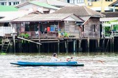 Mężczyzna obsiadanie w łodzi Fotografia Royalty Free