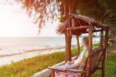 Mężczyzna obsiadanie w gazebo i patrzeć ocean zdjęcia royalty free
