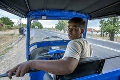 Mężczyzna obsiadanie w jego tuku tuku na poboczu blisko Pottuvil w Sri Lanka obraz royalty free