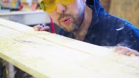 Mężczyzna ocechowania deska z ołówkiem zbiory wideo