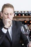 Mężczyzna ocenia czerwone wino Obraz Stock