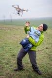 Mężczyzna ochrania jego dziecka przeciw napadanie trutniowi fotografia stock