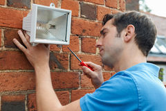 Mężczyzna ochrony Trafny światło ściana dom Obraz Stock