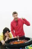 Mężczyzna odświętność Uprawia hazard wygranę Przy ruleta stołem fotografia royalty free