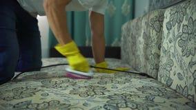 Mężczyzna od cleaning firmy angażował w czyścić kanapę Mężczyzna w jednolitym kanapy cleaning płótnie z suchym parowym cleaner zbiory wideo