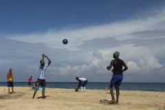 Mężczyzna od Hawańskiej piłki nożnej drużyny rzuca piłkę w kierunku kolegi obraz royalty free
