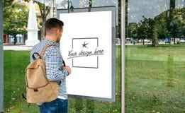 Mężczyzna od patrzeć autobusowego markiza plakat zdjęcia stock