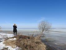 Mężczyzna od za, fotografujący w zimie zamarznięty jeziorny Pleshcheyevo, Yaroslavl oblast, Pereslavl Zalessky fotografia royalty free