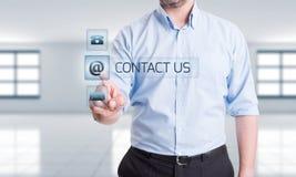 Mężczyzna odciskania kontakt my guzik na przejrzystym dotyka ekranie fotografia royalty free