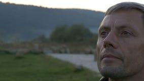 Mężczyzna oddycha ranku powietrze w górach zdjęcie wideo