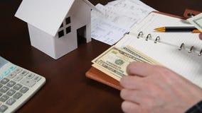 Mężczyzna odliczający kwity na biurku Domowych ekonomii pojęcie zdjęcie wideo