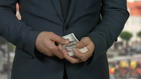 Mężczyzna odliczający pieniądze w ulicie zdjęcie wideo