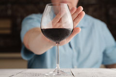 Mężczyzna odmówić alkohol zdjęcia royalty free
