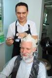 Mężczyzna odmalowywa włosy w piękno salonie obrazy stock