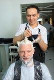 Mężczyzna odmalowywa włosy w piękno salonie Zdjęcia Royalty Free