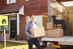 Mężczyzna odpakowania chodzenie W pudełkach Od usunięcie ciężarówki Fotografia Stock