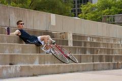 Mężczyzna Odpoczynki Od Jeździeckiego Bicyklu W Mieście Fotografia Stock
