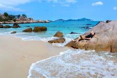 Mężczyzna Odpoczywa na głazie przy Białą Piaskowatą plażą w Binh podołku zdjęcie royalty free