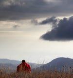 Mężczyzna odpoczywa przy górami w wieczór Obraz Royalty Free
