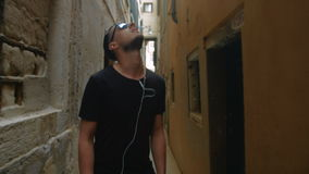 Mężczyzna odprowadzenia puszek ulica zdjęcie wideo