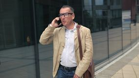 Mężczyzna odprowadzenie i opowiadać na telefonie zbiory