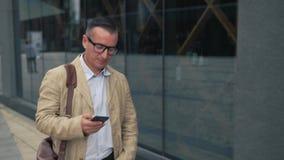 Mężczyzna odprowadzenie i używać smartphone zbiory