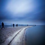 Mężczyzna odprowadzenie na warkoczu w morzu Długa ekspozycja samotny Obraz Royalty Free
