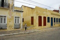 Mężczyzna odprowadzenie przed jej domem Obraz Stock