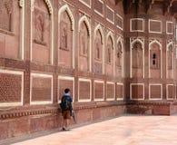 Mężczyzna odprowadzenie przy Agra fortem w Agra, India Zdjęcia Royalty Free